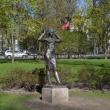 spb-skulptura-devushka-povyazyvaushhaya-kosynku-01