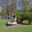 spb-skulptura-sidyashhaya-devushka-01