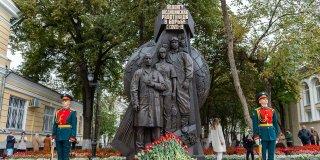 В Москве открыли памятник медработникам - героям борьбы с COVID-19